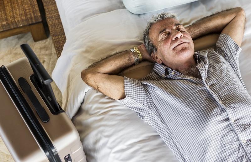 Senior-Mann-Schlafen-auf-einem-weissen-Bett